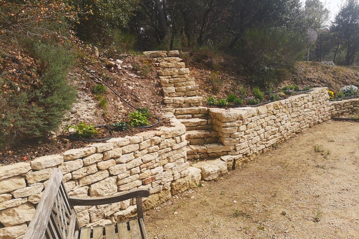 mur-et-escalier-en-pierre